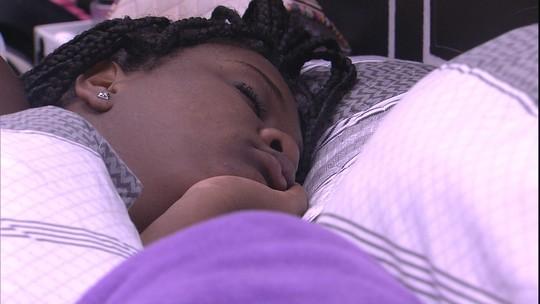 Roberta dorme no Quarto Preto