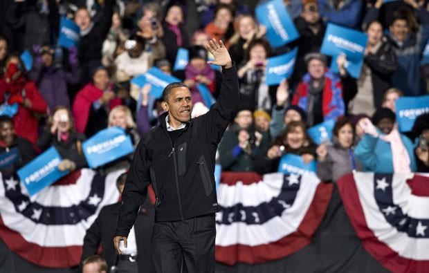 Obama em campanha em Bristow, na Virgínia, no sábado (3). (Foto: J. Scott Applewhite/AP)