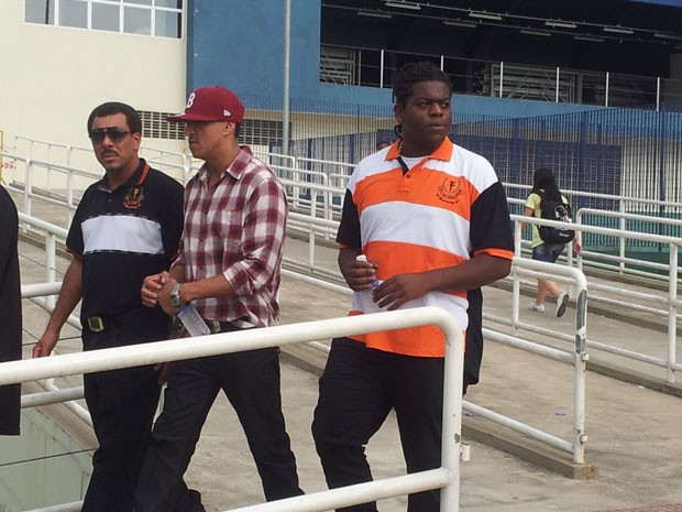 Mano Brown, do Racionais Mc's, vai ao velório de Chorão em Santos, SP (Foto: Mariane Rossi/ G1)
