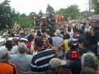 Cortejo de Reginaldo Rossi chega a cemitério em Paulista, Grande Recife