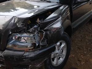 Caminhonete dirigida pelo suspeito ficou danificada (Foto: Evelyn Souza/ TV Morena)