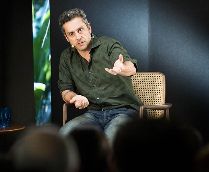 Alexandre Nero explica o ofício (Foto: Globo/João Miguel Júnior)