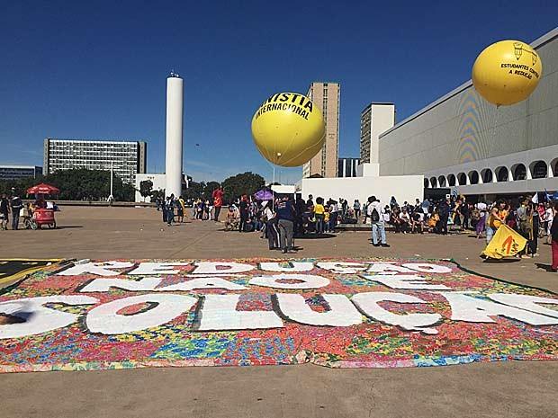Faixa e balões colcoados em frente à Biblioteca Nacional  por manifestantes contrários à redução da maioridade penal (Foto: Luciana Amaral/G1)
