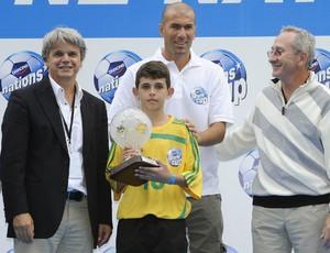 Marcel recebe de Zidane o troféu de melhor jogador do mundo no futsal em 2008 Olimpíadas Escolares Colégio Amorim (Foto: Arquivo Colégio Amorim)