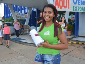Juliana escreveu carta de 32 metros para o cantor (Foto: Jonatas Boni/ G1)