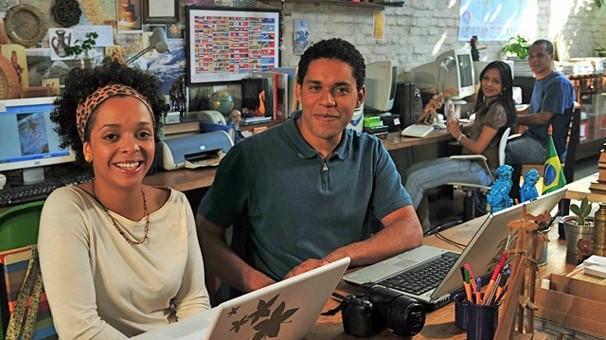 Joana (Anelis Assumpção) e João (César Mello) são os apresentadores das aulas de Ensino Fundamental (Foto: Divulgação)