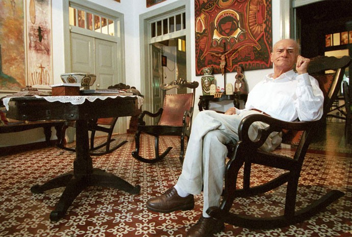 O escritor Ariano Suassuna posa em sua casa, no bairro de Casa Forte, Recife, em 13 de junho de 2005