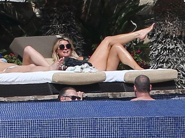 Jessica Simpson em piscina de hotel em Cabo San Lucas, no México (Foto: Grosby Group/ Agência)