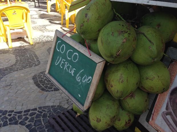 Coco é vendido a R$ 6 nos quiosques de Ipanema  (Foto: Káthia Mello/G1 Rio)