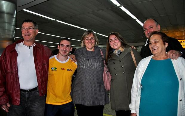 Arthur Zanetti desembarque ao lado da família (Foto: João Gabriel)