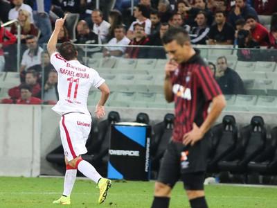 Rafael Moura gol Internacional x Atlético-PR (Foto: Joka Madruga / Futura Press)