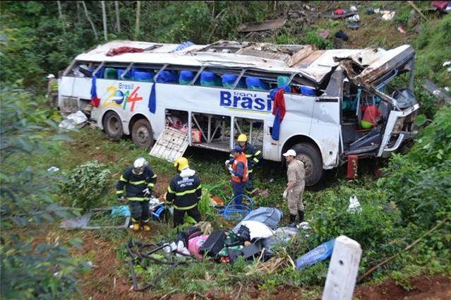 Veículo caiu de uma altura de dez a 15 metros (Foto: Matheus Gustavo Imhoff/Rádio Porto Feliz)