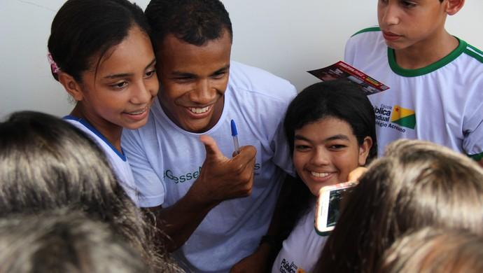 Gessé distribui autógrafos no Tour da Taça, em Rio Branco (Foto: João Paulo Maia)
