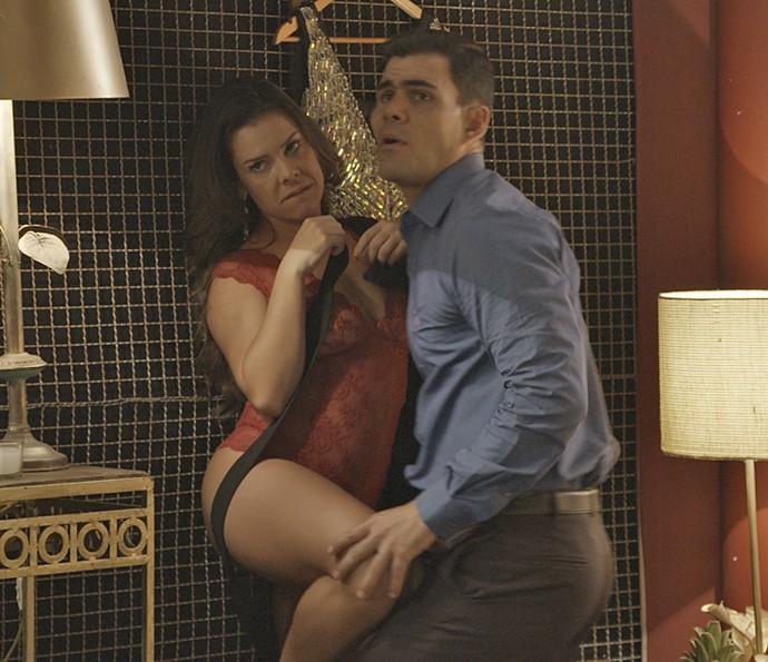 Merlô e Mel são pegos no flagra, no maior amasso (Foto: TV Globo)