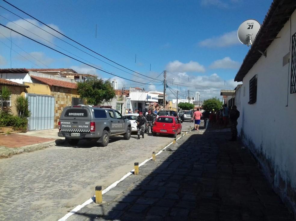 Um dos bandidos foi morto a tiros por homem que passava no local  (Foto: Ediana Miralha/Inter TV Cabugi )