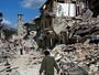 Pai resgata 2 filhos de escombros (Remo Casilli/Reuters)