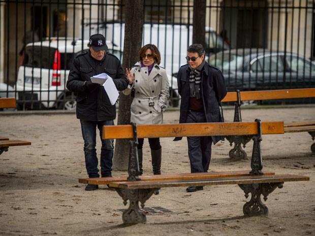 O diretor Dennis Carvalho ensaia cena com os atores (Foto: Alex Carvalho/Globo)
