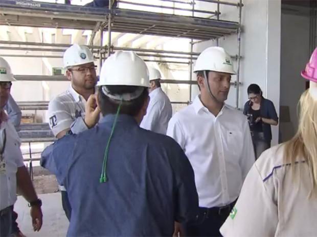 Autoridades inspecionaram obras no aeroporto de Itanhaém, SP (Foto: Reprodução / TV Tribuna)
