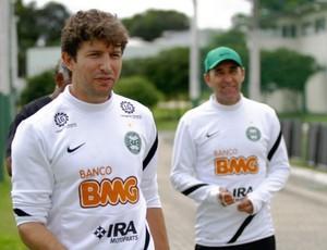 Tcheco e Edson Borges - auxiliares na comissão técnica do Coritiba (Foto: Divulgação / Site oficial do Coritiba)