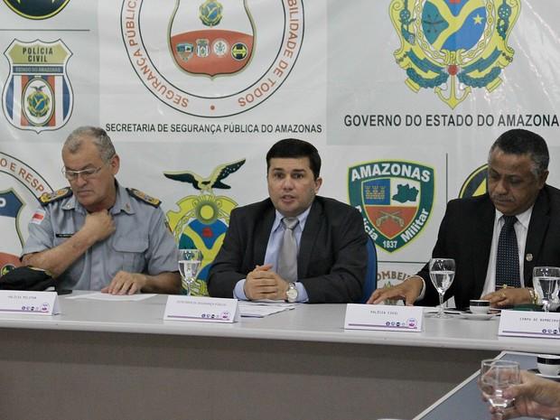 Secretário Sérgio Fontes (ao meio), em reunião na tarde desta quinta-feira, em Manaus (Foto: Indiara Bessa/G1 AM)
