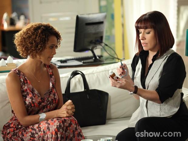 Verônica consegue convencer Débora que tem um bom material nas mãos (Foto: Camila Camacho / TV Globo)