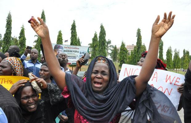 Mãe de estudante sequestrada de Chibok chora em protesto no dia 29 de abril, em Abuja, na Nigéria (Foto: Gbemiga Olamikan/AP)