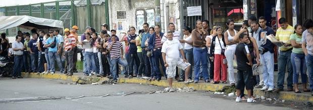 Venezuelanos formam fila para votar neste domingo (7) em Caracas, capital da Venezuela (Foto: AP)