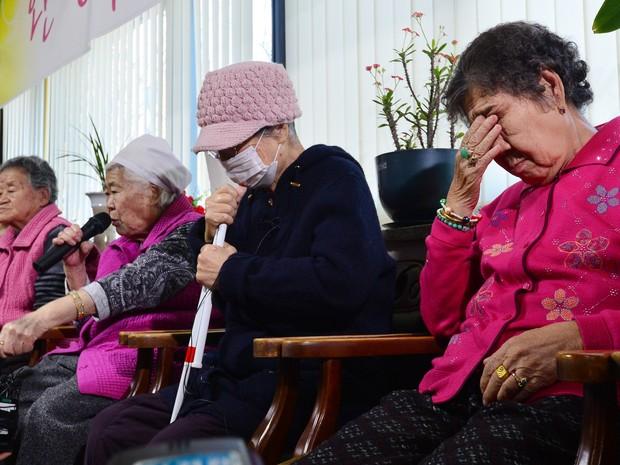 Os-seon, da Coreia do Sul, fala durante coletiva sobre escravidão sexual imposta pelo Japão na 2ª guerra (Foto: Reuters)