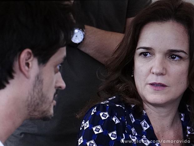Neida fica pasma com a opinião do médico (Foto: Amor à Vida / TV Globo)