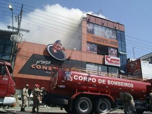 Local possui três andares; parte da estrutura do local desabou (Foto: Corpo de Bombeiros/Divulgação)