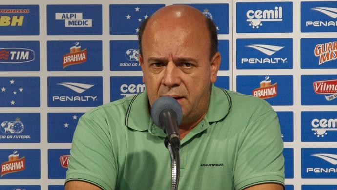 Valdir Barbosa, gerente de futebol do Cruzeiro, espera anunciar mais um reforço em breve (Foto: Washington Alves/Light Alves)