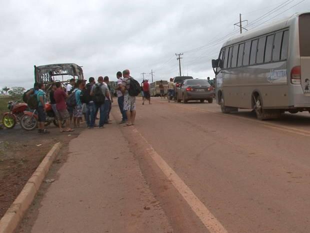 Manifestantes impedem passagem de carros da Norte Energia e CCBM na Transamazônica (Foto: Mario de Paula / TV Liberal)