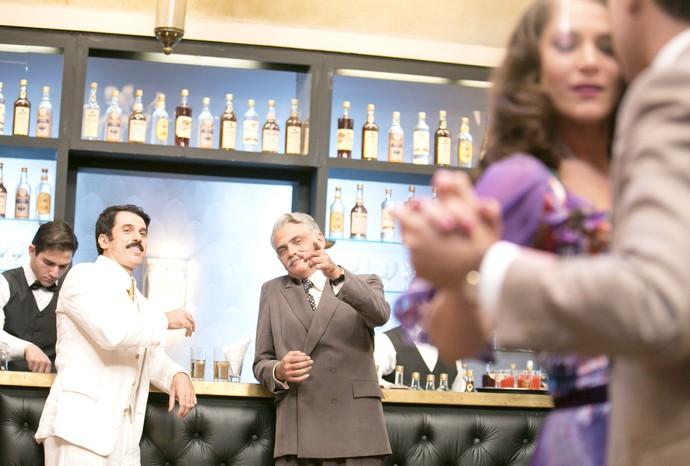 Severo a observa enquanto ela dança com Celso (Foto: Camila Camacho / Gshow)