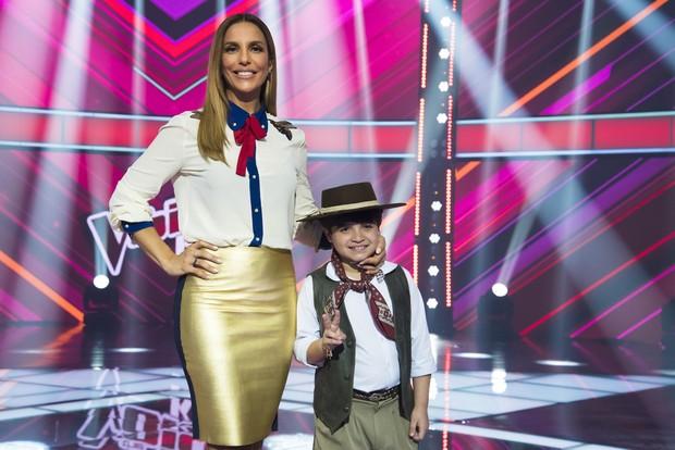 Ivete Sangalo com Thomas, seu finalista no The Voice Kids (Foto: Globo/Cesar Alves)