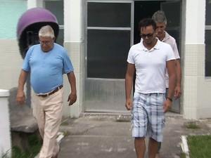 Familiares e amigos estiveram no IML de Santos  (Foto: Reprodução / TV Tribuna)