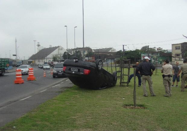 Motorista perde controle do carro e capota em Avenida Perimetral em Santos. (Foto: Angelus Strauss/Arquivo Pessoal)