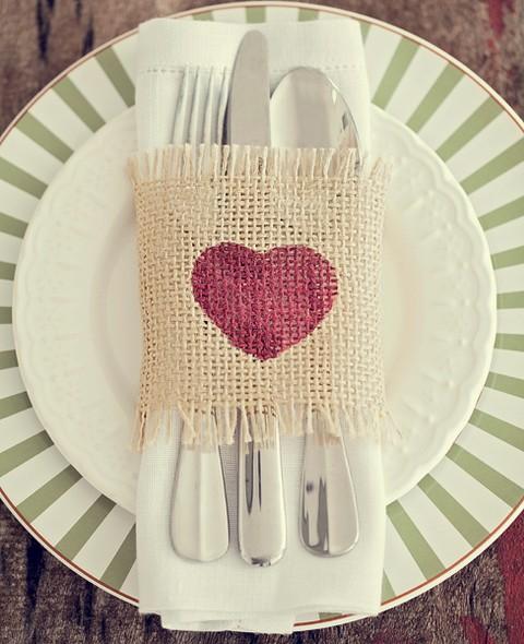 Com um estêncil e tinta para tecido, o retalho de juta vira um mimo na mesa. Talheres e prato Ideia Única; guardanapo Valencien