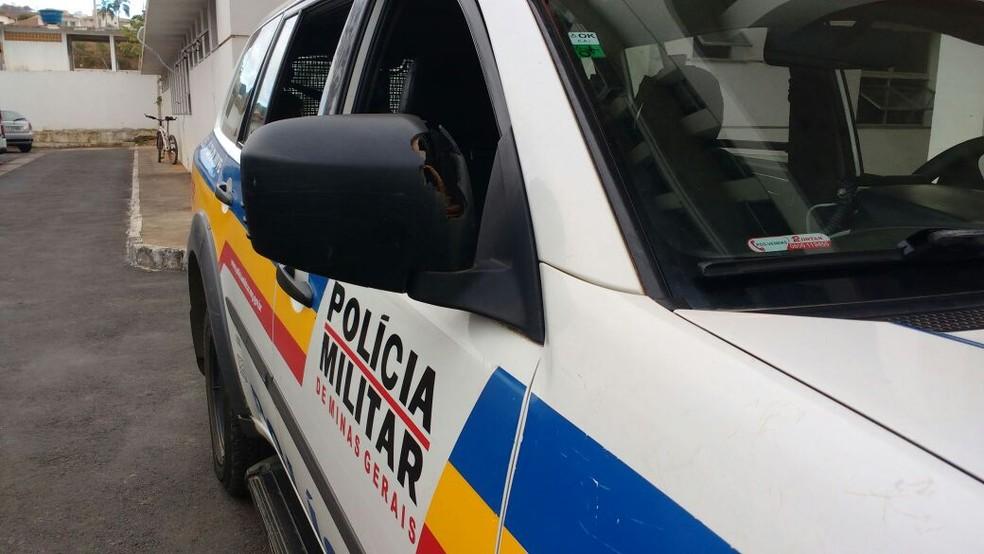 Tiro efetuado pela mulher acertou o retrovisor da viatura (Foto: Juliana Peixoto/G1)