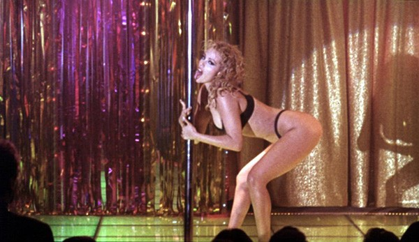 Elizabeth Berkley em 'Showgirls' (1995) (Foto: Divulgação)