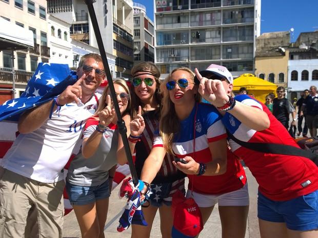 Americanos colorem Pelourinho momentos antes da partida em Salvador (Foto: Yuri Girardi / G1)
