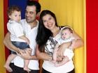 Retrato em família: ex-BBB Priscila Pires se diverte com o marido e os filhos