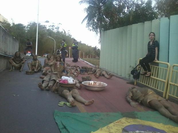 Manifestantes impedem trânsito em ciclovia e polícia observa atuação (Foto: Diego Nunes)