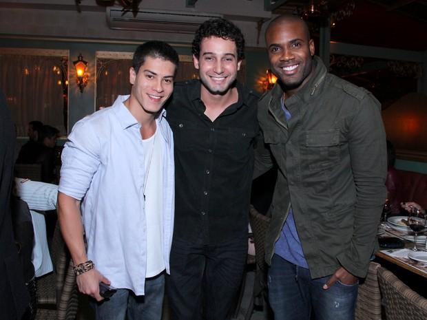 Arthur Aguiar, Rafael Almeida e Rafael Zulu em restaurante na Zona Oeste do  Rio ( b7ebfb23c3