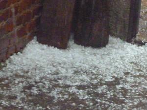 Chuva de granizo no bairro Alvorada 2, em Piracicaba (Foto: Aline Raphaela Sabino/VC no G1)