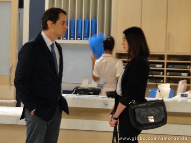 Silvia informa Eron que vai entrar com pedido de DNA (Foto: Amor à Vida/ TV Globo)