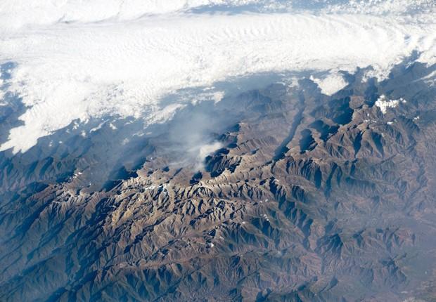 Os picos de Santa Marta, na Colômbia, são tão altos que as árvores não conseguem crescer na área. O pico mais alto tem uma cobertura permanente de neve, a ponto de ser visto das praias na costa caribenha (Foto: NASA)