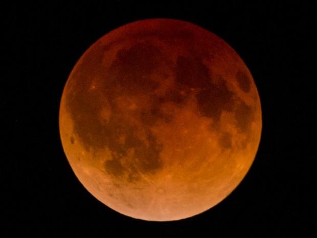 Eclipse lunar visto da cidade de Guadalajara, no México (Foto: AFP)