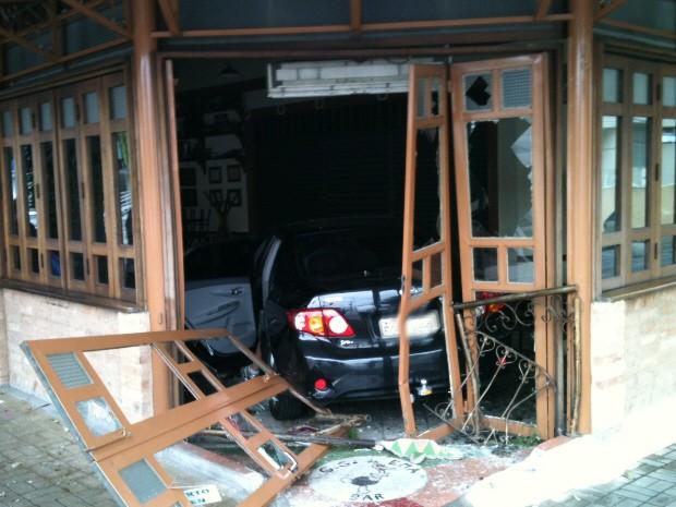 Carro invade restaurante em São José dos Campos (Foto: Wanderson Borges/TV Vanguarda)