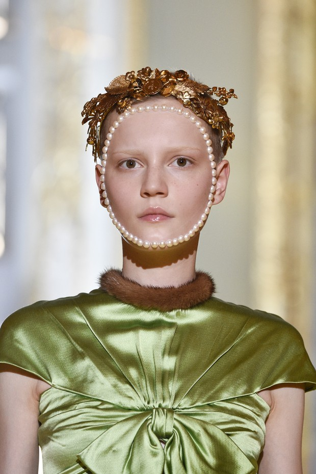 FLORENCE, ITALY - MAY 29:  A model, beauty detail, walks the runway at the Gucci Cruise 2018 show at Palazzo Pitti on May 29, 2017 in Florence, Italy.  (Photo by Pietro D'Aprano/Getty Images) (Foto: Getty Images)