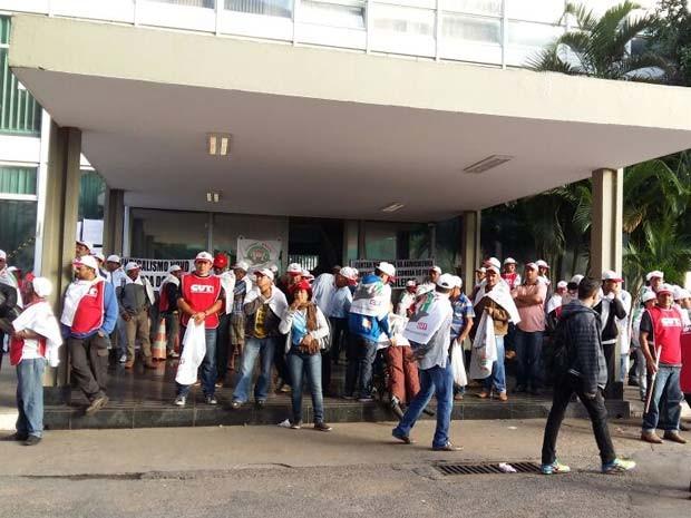 Agricultores familiares em protesto em frente ao Ministério da Fazenda (Foto: Isabella Calzolari/G1)